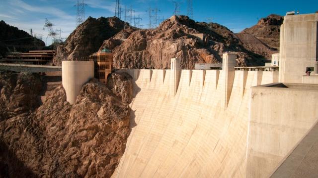 Le barrage, avec l'accueil en face